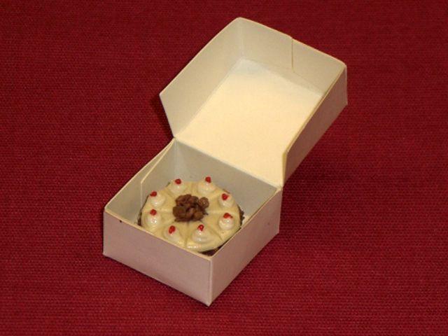 キッチン・ダイニング小物 スィーツ/デザート ケーキ(箱付き) 英国より直輸入 12分の1サイズの ドールハウス・アクセサリーです。