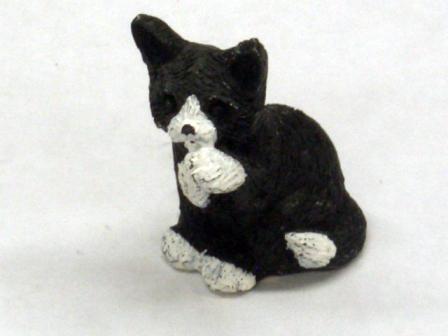 ガーデン小物 動物/ペット用品 白黒のネコ 英国より直輸入 12分の1サイズの ドールハウス・アクセサリーです。