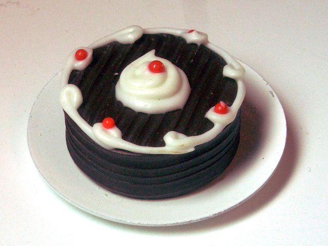 キッチン・ダイニング小物 スィーツ/デザート チョコレートケーキ 英国より直輸入 12分の1サイズの ドールハウス・アクセサリーです。