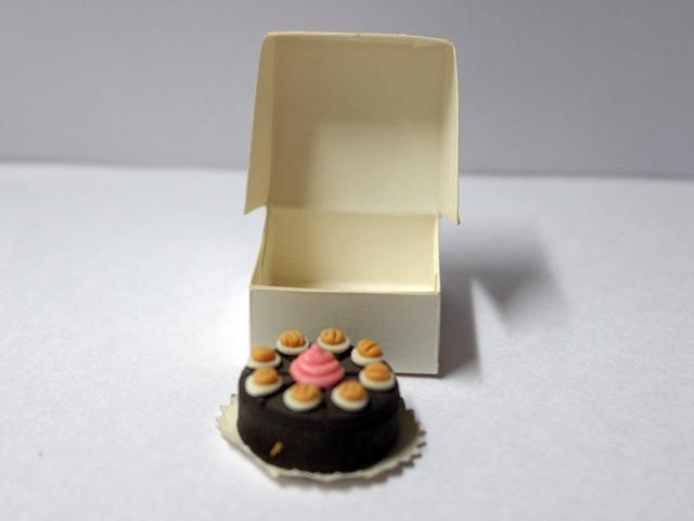 キッチン・ダイニング小物 スィーツ/デザート ケーキ 箱入り 英国より直輸入 12分の1サイズの ドールハウス・アクセサリーです。