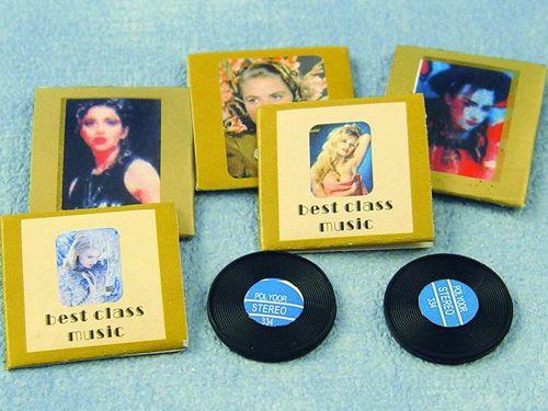 リビング小物 その他のリビング・アクセサリー レコード 英国より直輸入  12分の1サイズの ドールハウス・アクセサリーです。