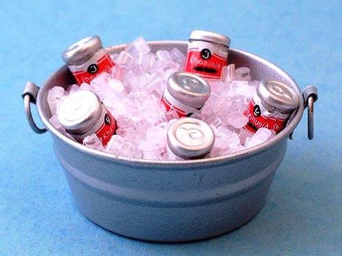 キッチン・ダイニング小物 ドリンク ドリンク缶&アイス・バケツ 英国より直輸入  12分の1サイズの ドールハウス・アクセサリーです。
