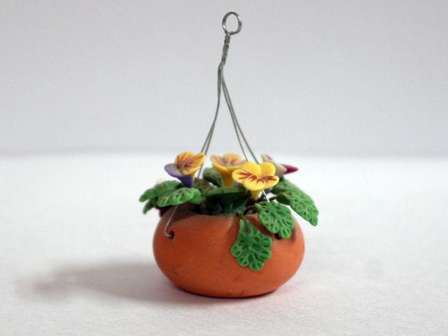 ガーデン小物 花瓶・鉢等 ハンギングバスケット プラント 英国より直輸入 12分の1サイズの ドールハウス・アクセサリーです。