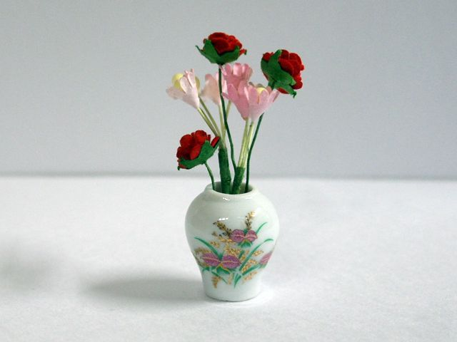 ガーデン小物 花瓶・鉢等 花入り花瓶 英国より直輸入 12分の1サイズの ドールハウス・アクセサリーです。