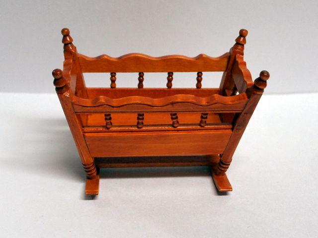 家具 ナーサリー /キッズ家具 ロッキング・クレードル・コット (揺りかご) 英国より直輸入  12分の1サイズの ドールハウス家具です。